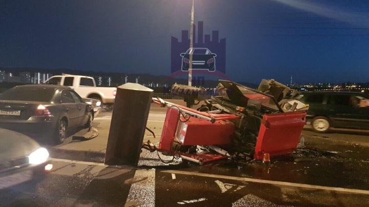 На Коммунальном мосту «Форд» опрокинул трактор после столкновения с гоняющим по выделенке «Аккордом»