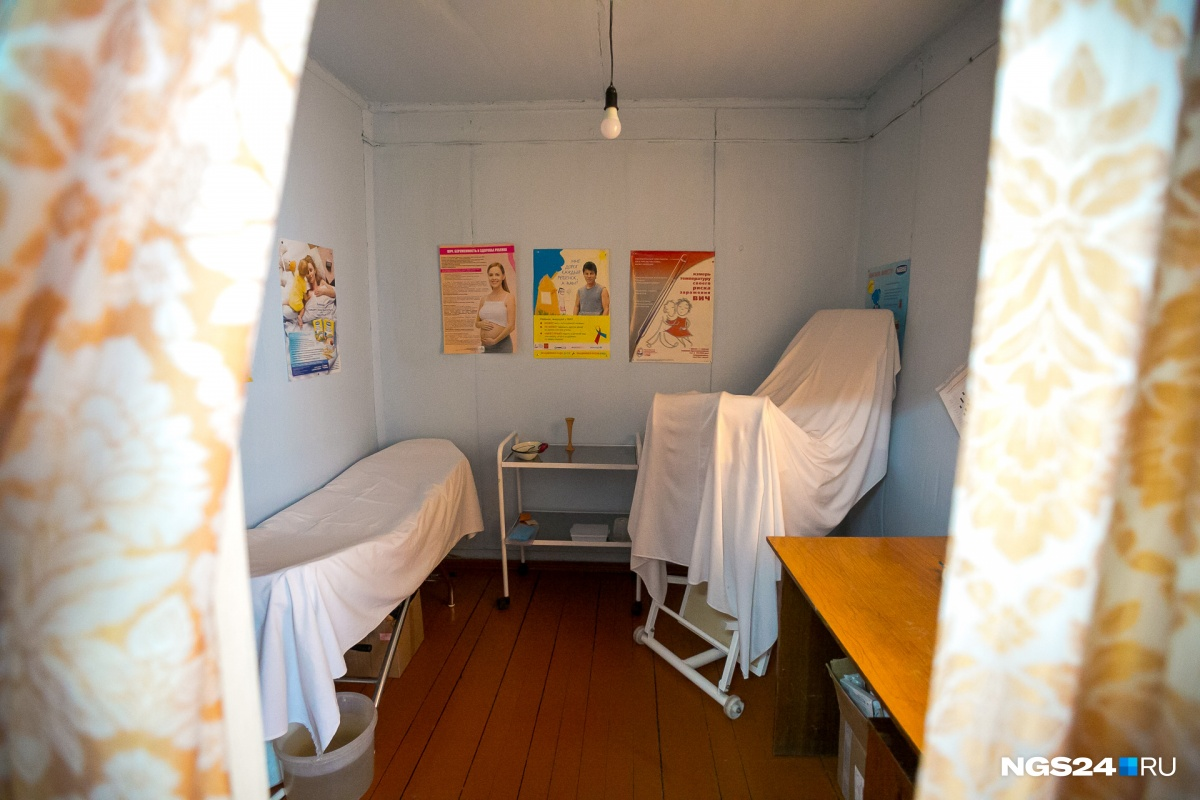 —Сразу за этими шторами была кабиночка, где голосовали. У окна, где сейчас лекарства, ставили 4 стола для комиссии...