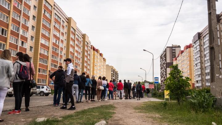 «Кошмар, как кильки набиваемся»: жители Акатуйского выстраиваются в очереди на маршрутки