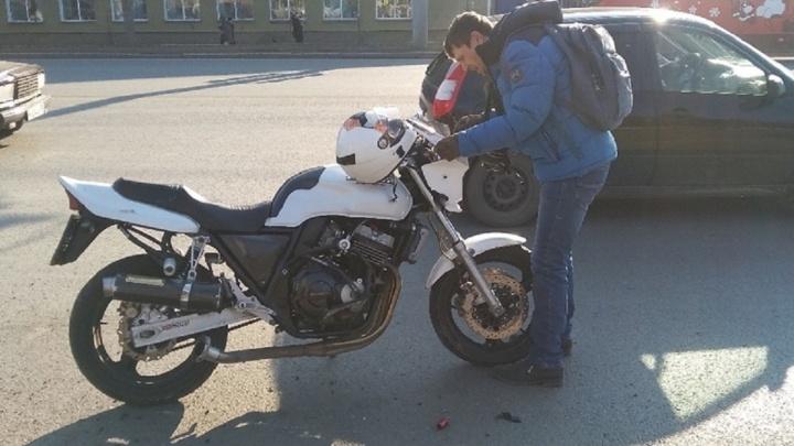Первое ДТП с мотоциклистом в сезоне. Он заклеил номер и пытался скрыться от ДПС