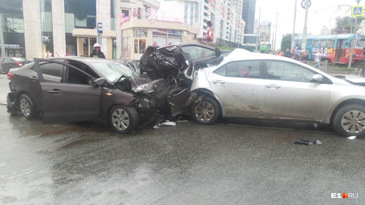 Машину такси зажало между двумя автомобилями. Водитель и пассажир погибли