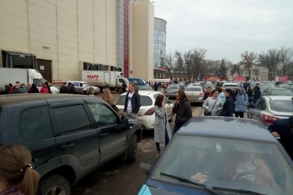 Сотни людей вышли на улицу