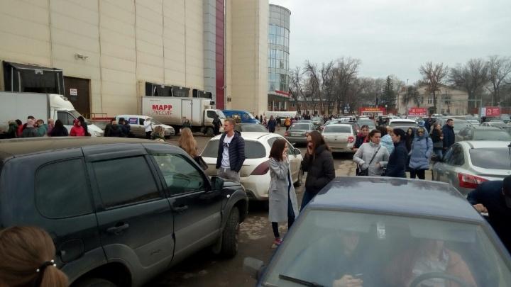 «Сработали датчики в гипермаркете»: в Самаре экстренно эвакуировали посетителей из ТРК «Вива Лэнд»