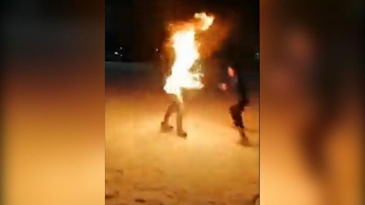 На катке у Высотной подростки ради забавы подожгли друга и сняли все на видео