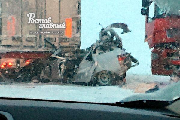 Из разбитого автомобиля пострадавших пришлось вызволять спасателям