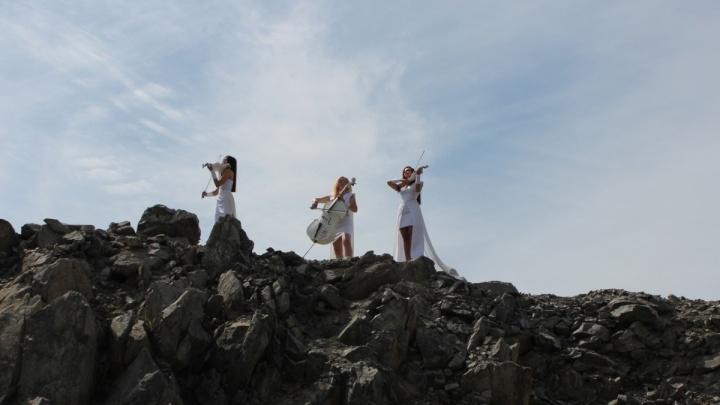 Новосибирские скрипачки показали красивый клип о гармонии с космосом