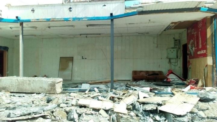 В Екатеринбурге убрали киоски, мешавшие ремонту теплотрассы: девятиэтажки 3 дня оставались без воды