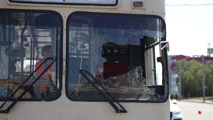 «Головой разбил стекло»: «Газель» врезалась в троллейбус возле остановки