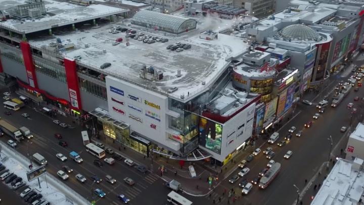 «Дам бесплатно!»: букмекерскую контору накажут за непристойную рекламу возле ТРК «Аврора»