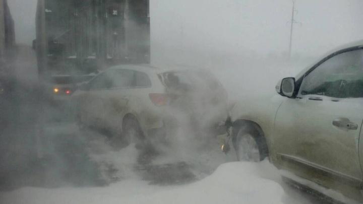 Взрывоопасный лёд: трассу Волгоград — Саратов залило тоннами битума после столкновения грузовиков