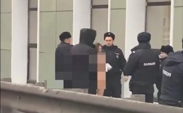 В Ярославле шестеро полицейских поймали и попытались одеть голую девушку на улице