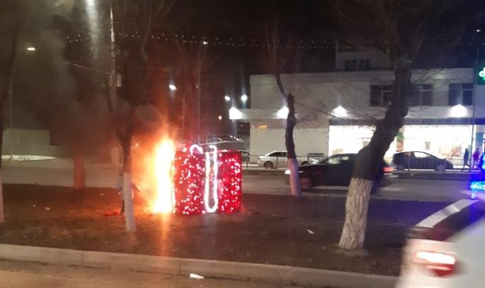 «Водители не сделали замечания»: новогодний подарок в центре Волгограда могли спалить подростки