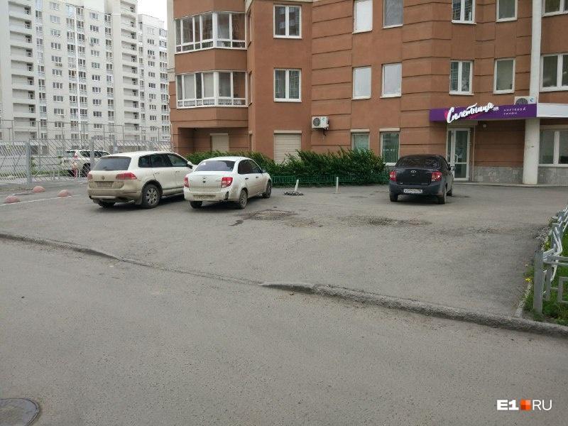 Машины по-прежнему паркуются на тротуаре у дома