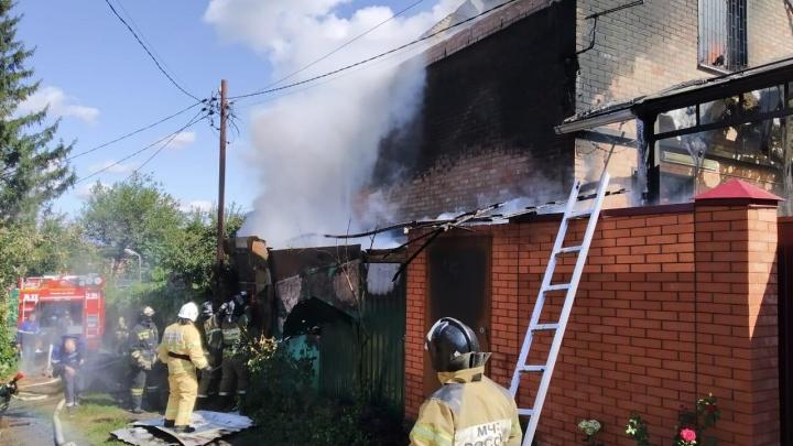 В Ростове за Темерником больше часа тушат два горящих дома