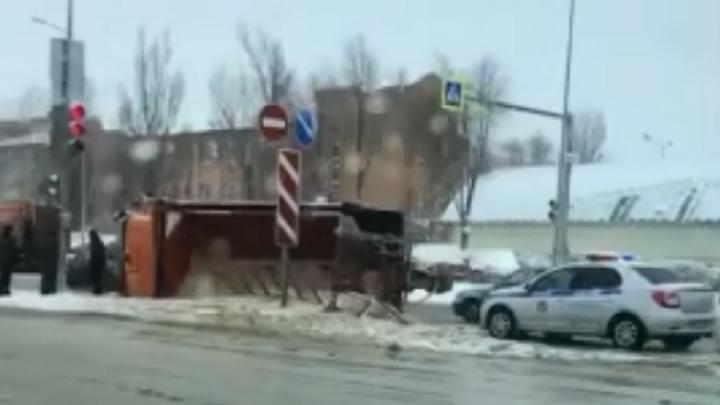 В Волгограде опрокинулся КАМАЗ дорожной службы