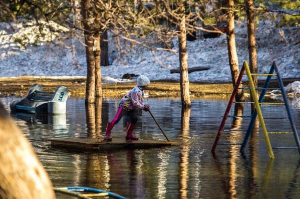 Глубина такая большая, что дети спокойно могут проплыть по луже на плоту