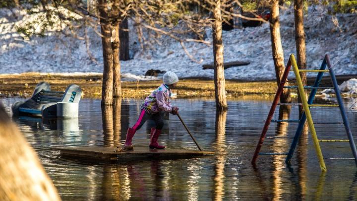 Дети устроили заплыв на плотах в огромной луже в Заельцовском районе