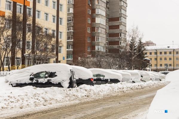 Автомобили несколько лет стоят в парковочных карманах на улице Каменской