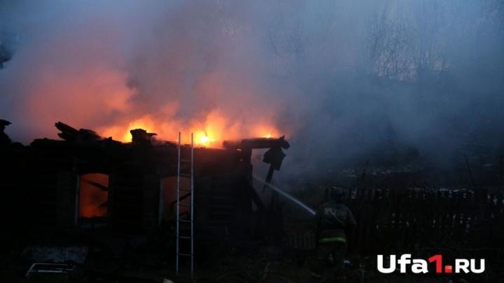 На ферме в Башкирии загорелась постройка