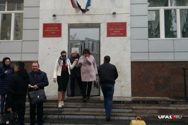 Даже в непогоду потерпевшая приходит в суд в солнечных очках