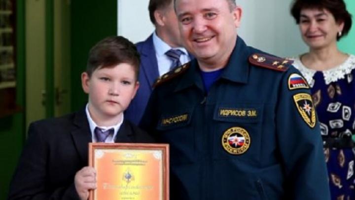 Уфимского школьника наградили за спасение из воды взрослого мужчины