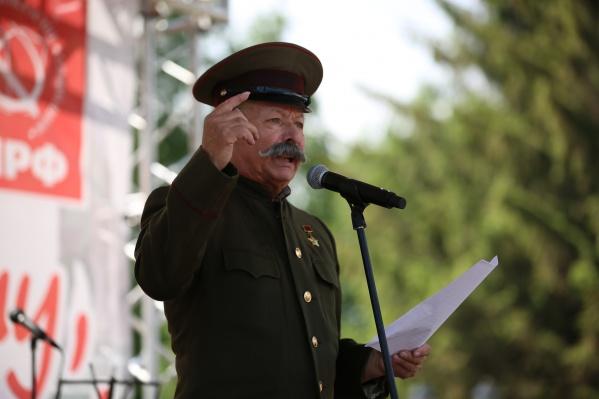Весь день 8 июня новосибирские коммунисты празднуют в Первомайском сквере день рождения Сталина