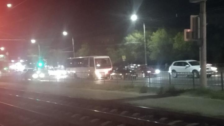 В Волгограде иномарка задом протаранила автобус