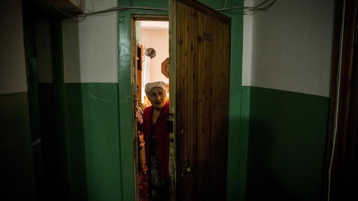 «Оставьте их в покое»: мэр запретил выселять пожилую пару из общежития на Затулинке