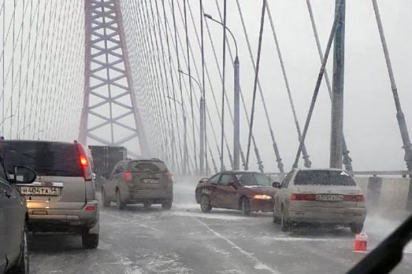 Очевидцы сообщают о 8 автомобилях, столкнувшихся на Бугринском мосту