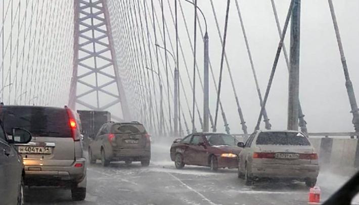На Бугринском мосту столкнулись восемь машин