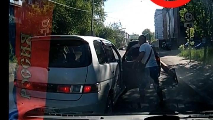 «Эффективный метод?»: водитель ударом по лицу решил наказать подрезавшего его автохама