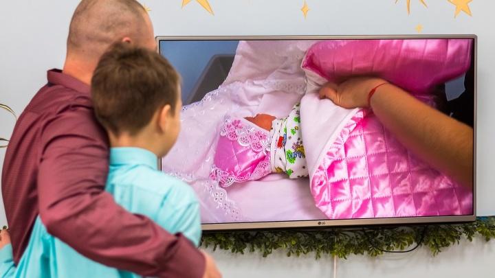 «Лежали в роддоме 19 дней»: из перинатального центра выписали первую тройню в 2020 году
