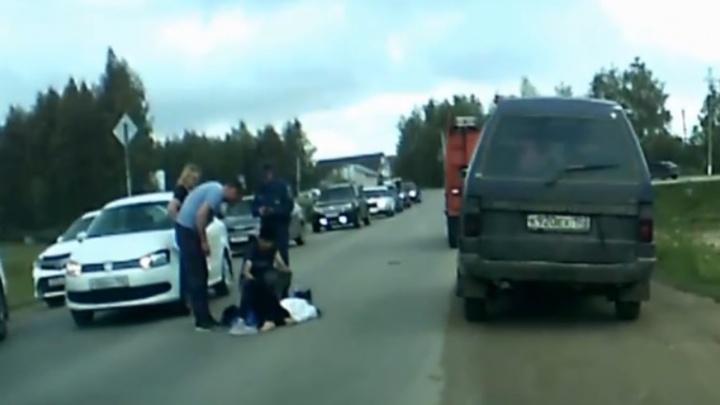 Резко выбежала на дорогу: под Уфой беременная девушка попала под колеса легковушки