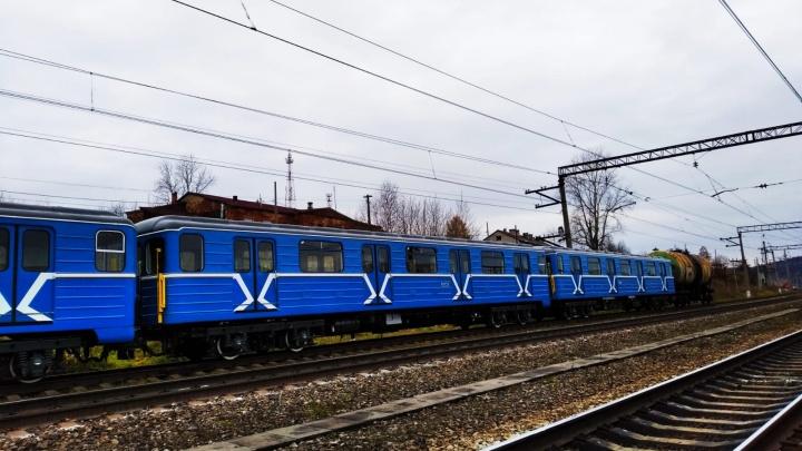 В Екатеринбург по железной дороге везут отремонтированные вагоны метро. Фото