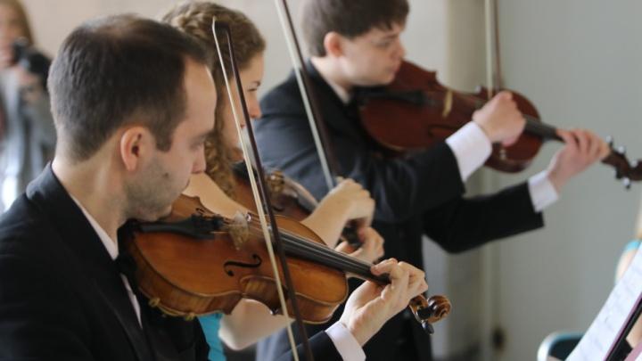 В Екатеринбурге симфонический оркестр сыграл прямо на вокзале