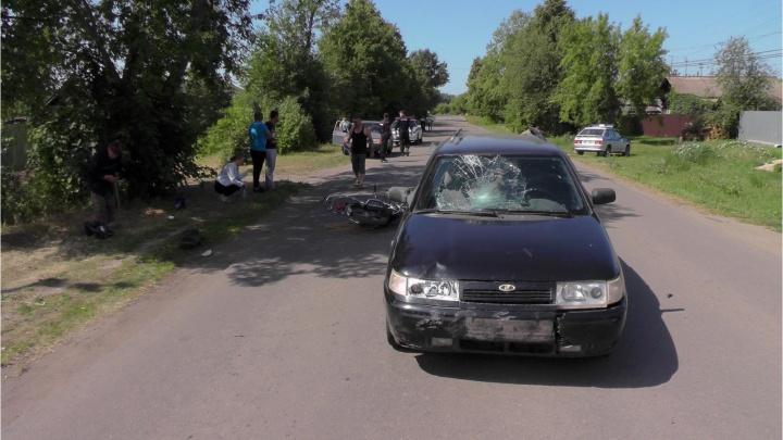 В Катайске два подростка на мопеде врезались в ВАЗ