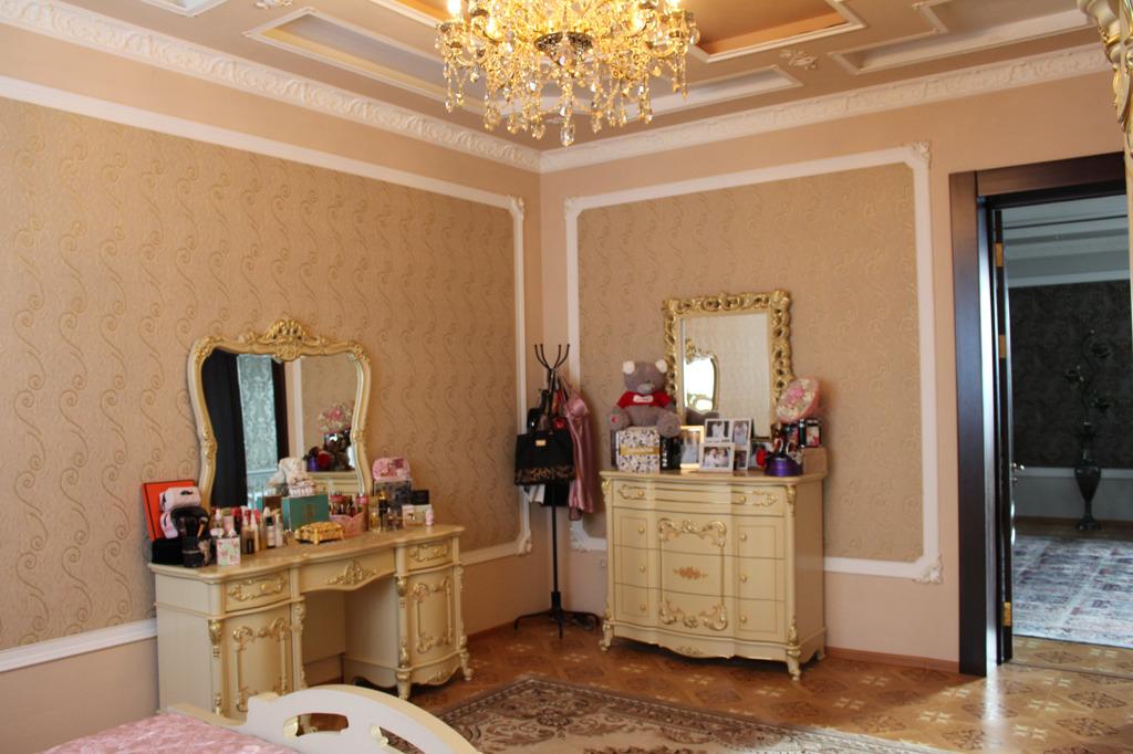 У мебели и зеркал — обязательно золотые вставки