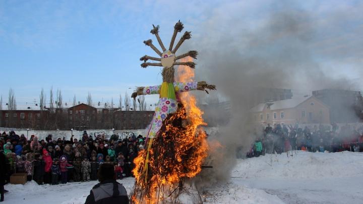 «До свидания, зима!»: смотрим, как в парке 30-летия ВЛКСМ сжигали чучело
