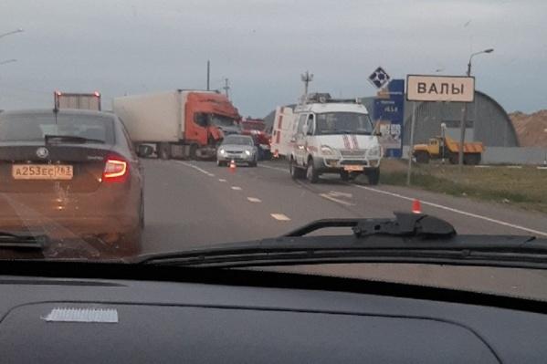 Участники аварии перекрыли дорогу