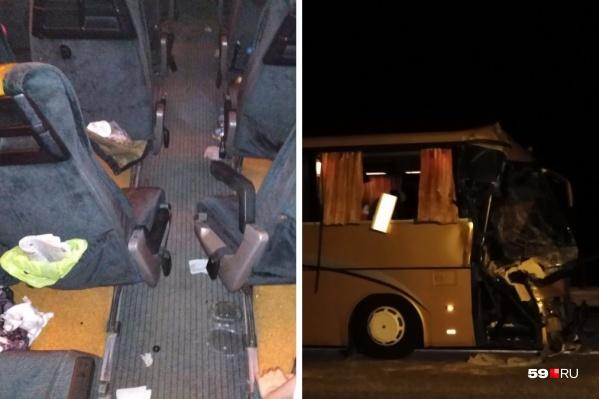 Автобус сильно пострадал во время аварии — разбито лобовое стекло, смята передняя часть