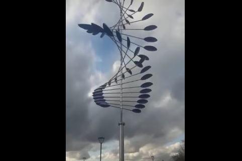 Скульптуру установили вчера — её двигает ветер