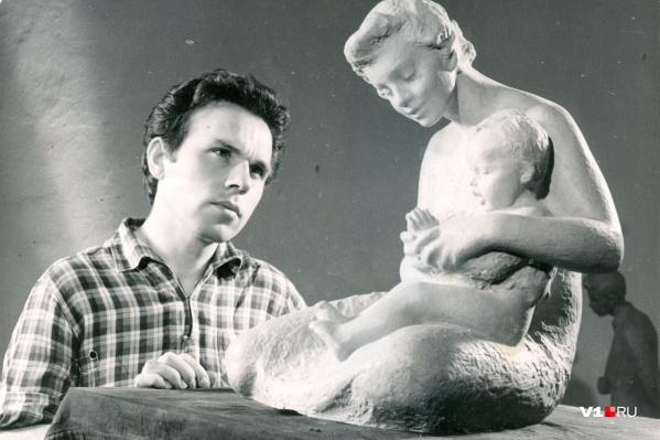 Алексей Криволапов за созданием скульптуры, моделями для которой стали его жена и сын