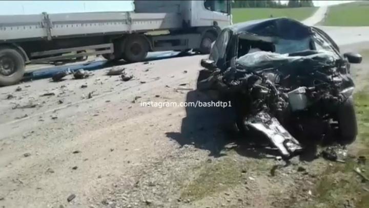 Легковушка залетела под длинномер: появилось видео последствий ДТП на трассе в Башкирии