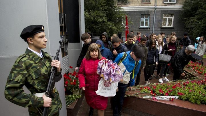 Сотня новосибирцев пришла почтить память участников битвы, воспетой в известной песне