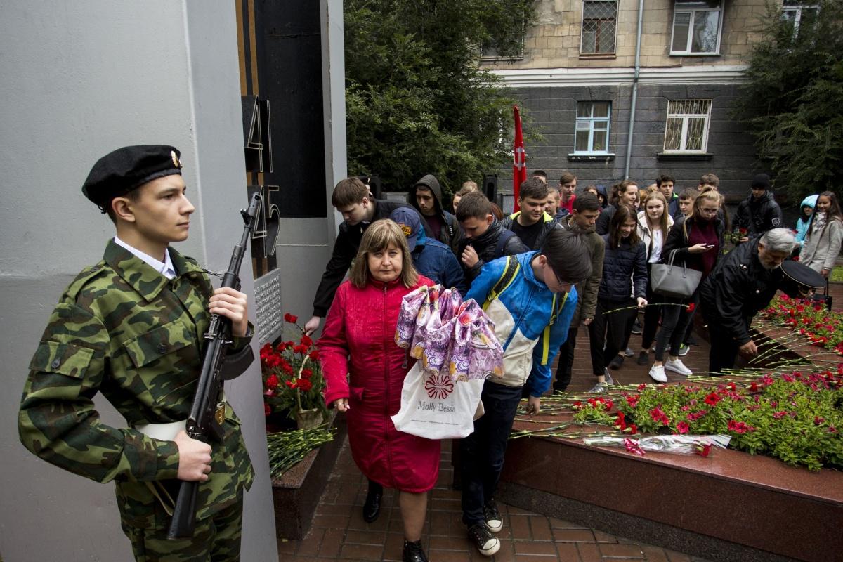 Цветы возложили к стеле «Звезда» на улице Сибиряков-Гвардейцев