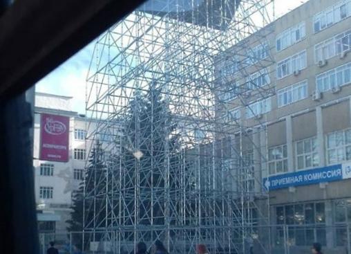 Перед зданием университета появился скалодром
