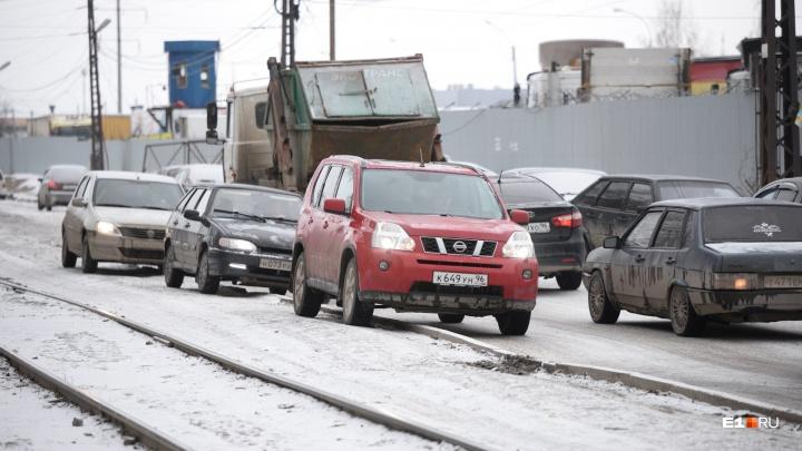 Ни заехать, ни выехать: утром в среду военные перегородили 2-ю Новосибирскую
