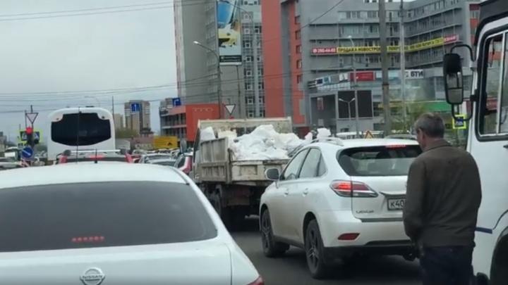 Долгий светофор на Шахтеров позволил водителю автобуса выйти и покурить