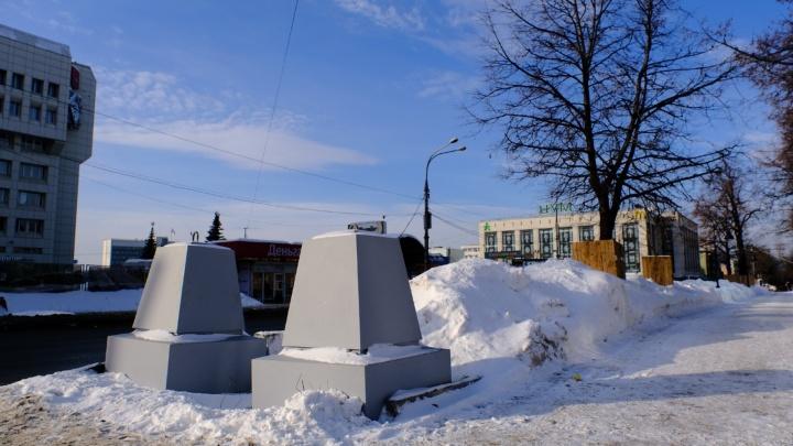 На Компрос привезли новые опоры для забора — они больше похожи на могильные памятники