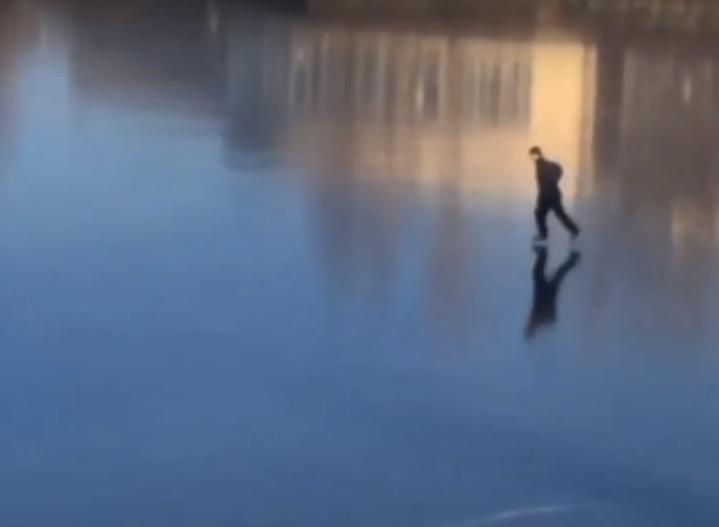 Молодой человек рассекал на коньках прямо в центре водоёма